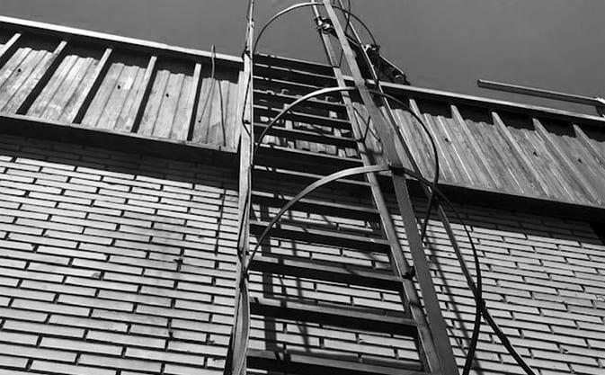Jaula protectora en escaleras de acceso